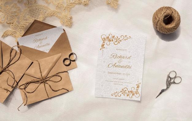 Bruine papieren enveloppen met uitnodiging