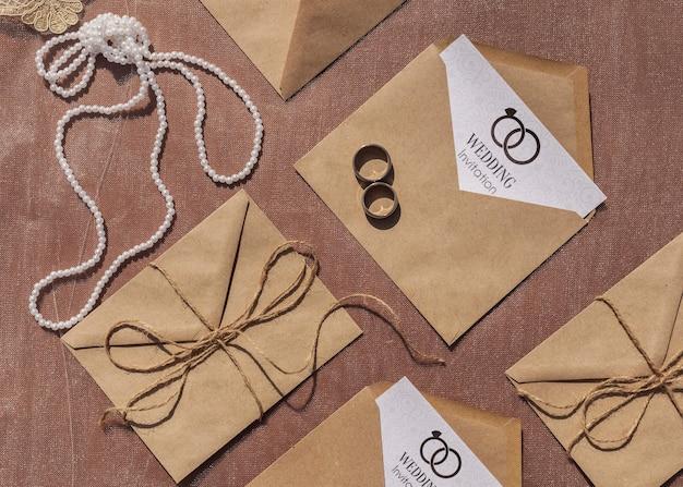 Bruine papieren enveloppen plat liggend