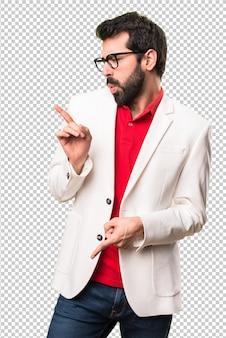 Brunette man met een bril dansen