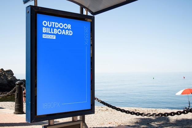 Buiten billboard dicht bij het strand