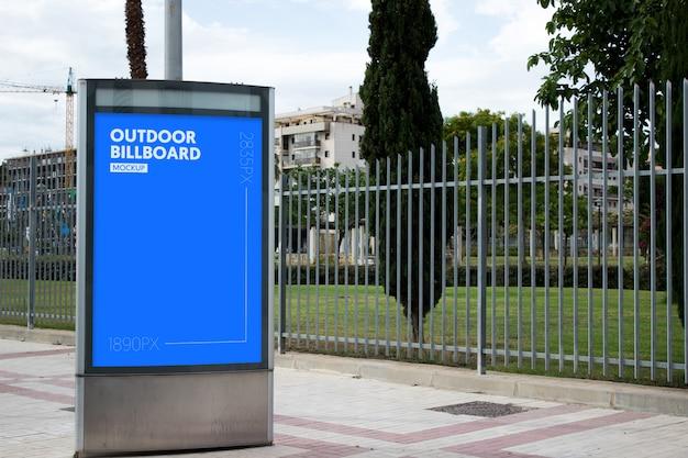 Buiten billboard naast park