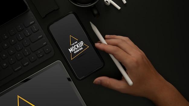 Bureau met mockup-smartphone, benodigdheden, accessoires