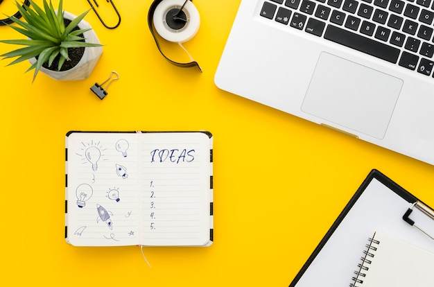 Bureau met notebook mock-up en laptop