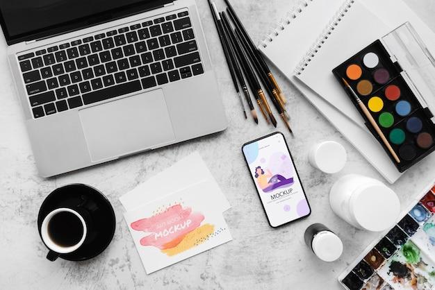 Bureau van schilderkunstenaar met laptop