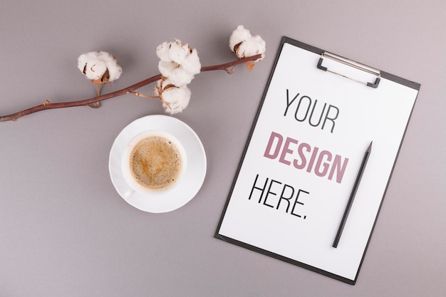 Bureauconcept met koffie en klembord