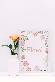 Bureausamenstelling met bloemdecor en kadermodel