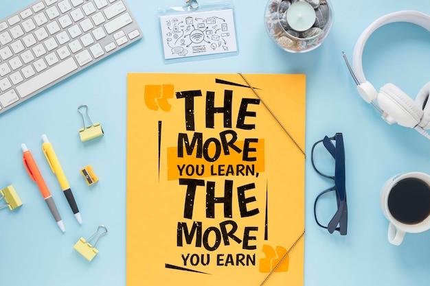 Business desk vista dall'alto con messaggio motivazionale
