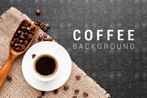 Café aromático con fondo de granos de café