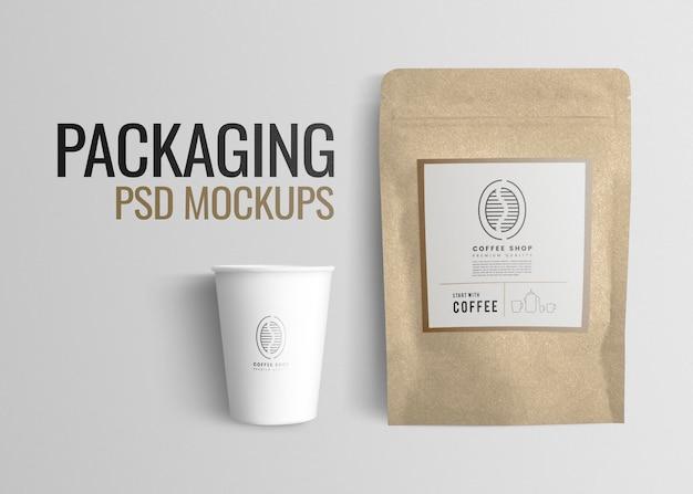 Cafe psd-mockup met koffiebonenzakje en papieren beker