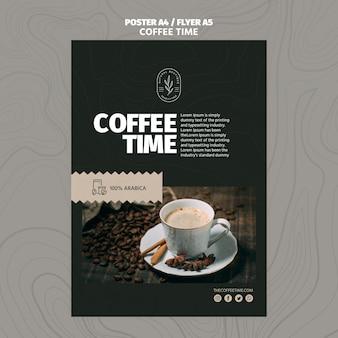 Caffè di alta vista nel modello del manifesto dei chicchi di caffè e della tazza