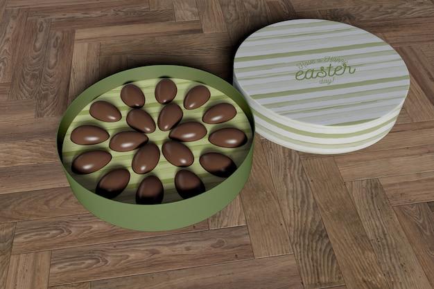 Caja de alto ángulo con huevos de chocolate