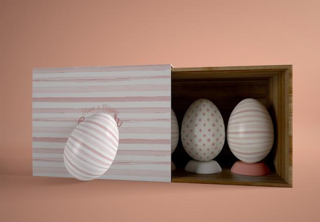 Caja de dibujos animados medio abierta con huevos