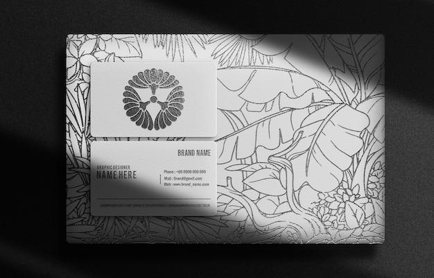 Caja de lujo en relieve negro y maqueta de vista superior de tarjeta de visita