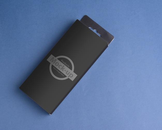 Caja negra con percha en maqueta de suelo azul