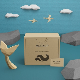 Caja de papel kraft y vida marina con maqueta