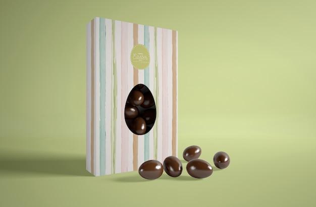 Caja con pequeños huevos de chocolate para pascua