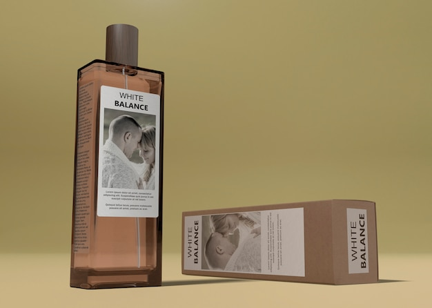 Caja de perfume al lado de la botella en la mesa