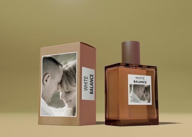 Caja de perfume y frasco en mesa