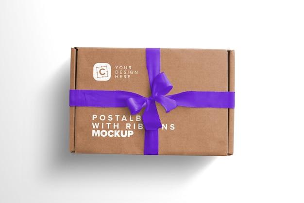 Caja postal de maqueta de primer plano con lazo y cintas