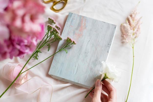 Caja de regalo retro con flores