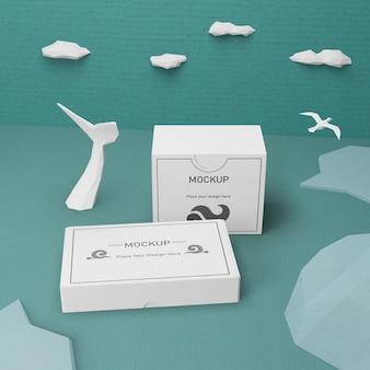 Cajas de cartón y vida marina con maqueta