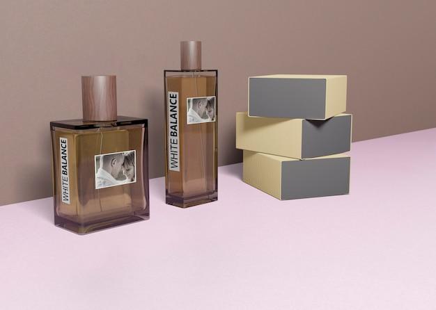 Cajas de perfume apiladas al lado de las botellas de perfume.