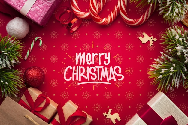 Cajas de regalo y bastones de caramelo sobre fondo rojo de navidad