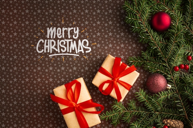 Cajas de regalo y hojas de pino de navidad