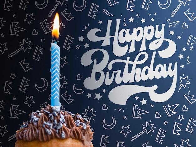 Cake met brandende kaars voor verjaardag