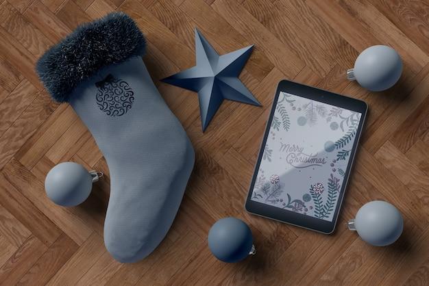 Calcetín con tableta moderna al lado