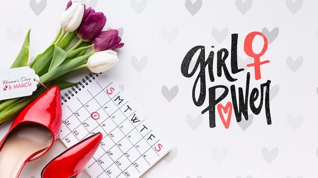 Calendario al lado de ramo de tulipanes