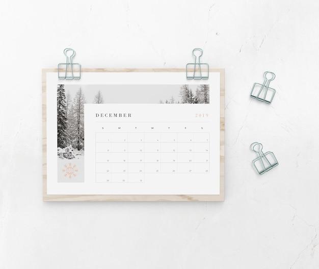 Calendario atrapado en tablero de madera