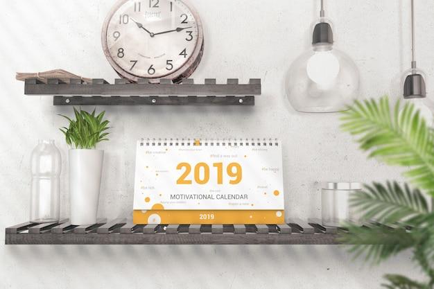 Calendario da tavolo sul modello di scaffale in legno