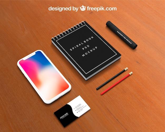 Calendario e smartphone mockup sull'area di lavoro