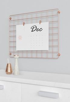 Calendario enganchado en soporte cuadrado de metal