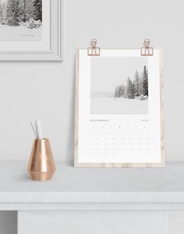 Calendario enganchado en tablero de madera