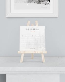 Calendario en maqueta de soporte de pintura