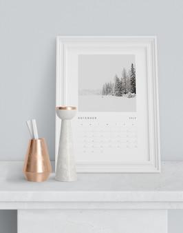 Calendario en marco de pintura sobre mesa