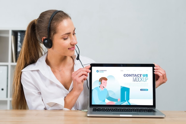 Call center operator kijken naar een mock-up laptop