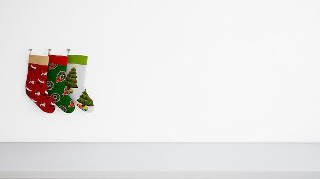 Calze con disegni diversi appesi al muro