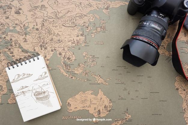 Cámara y libreta de notas sobre mapa del mundo