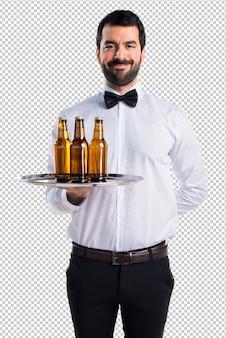 Cameriere con bottiglie di birra sul vassoio