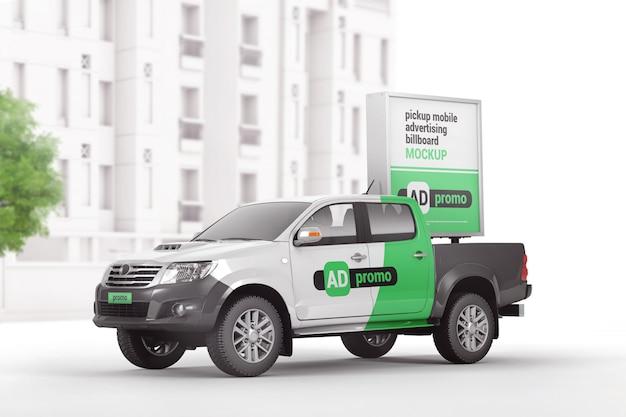 Camioncino di marca con mockup di cartelloni pubblicitari per dispositivi mobili