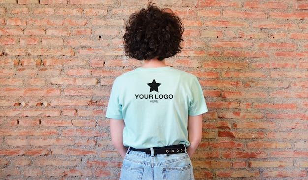 Camiseta con logo en la parte posterior de la maqueta (color editable)