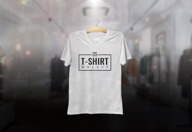 Camiseta mcokup colgando