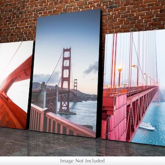 Canvasmodel die op bakstenen muur leunen