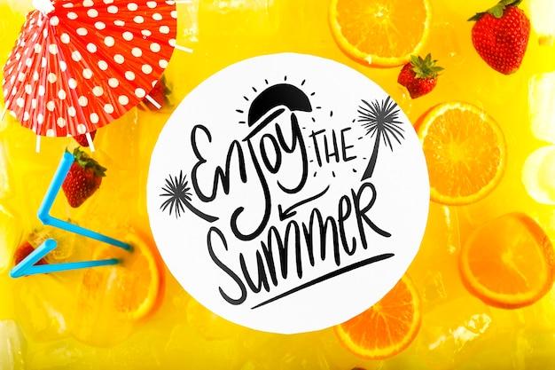Cardi il modello con il concetto tropicale dell'estate con i frutti