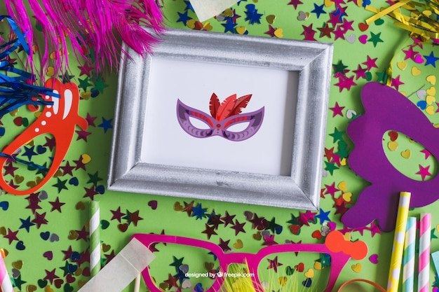 Carnaval mockup design met gekleurde confetti en maskers
