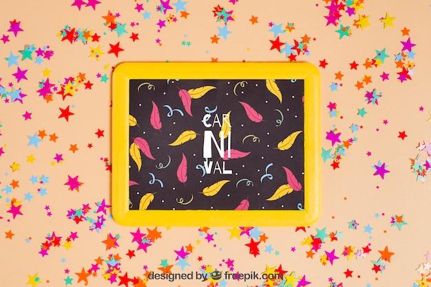Carnaval-mockup met lei en confettien