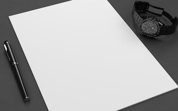 Carta a4 con penna mockup